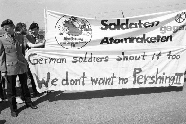 Весенний Марш мира. Солдаты бундесвера с транспарантами перед американским аэродромом около Остхессена.