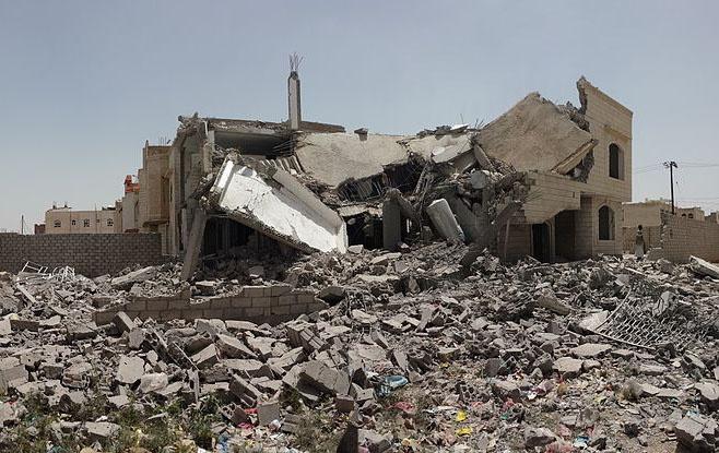 Разрушенные саудовской авиацией дома в Сане.