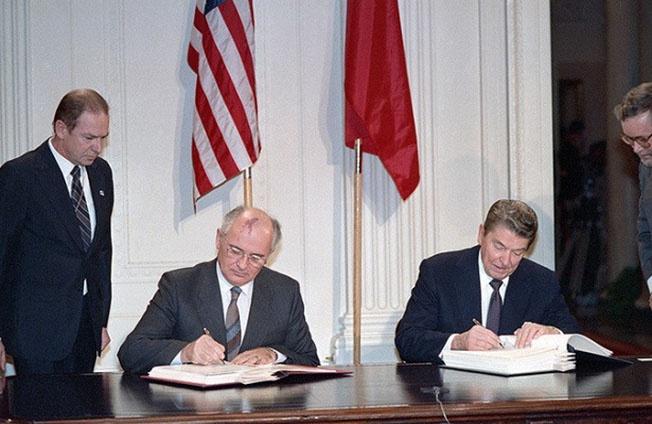 Рональд Рейган и Михаил Горбачёв подписывают договор о РСМД.