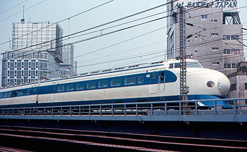 Поезд автоматизированной железнодорожной линии «Синкансэн» вышел из депо еще в 1964 году.