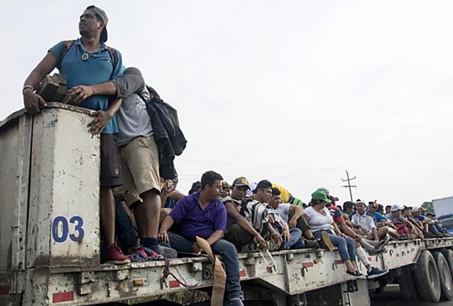 В караване мигрантов находятся около 10 тысяч человек.