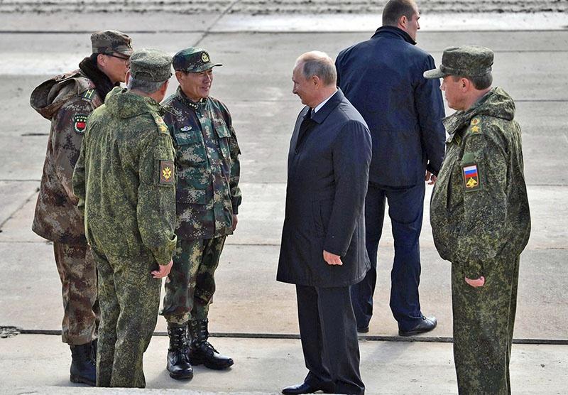 Президент России В.В. Путин и член Госсовета и министр обороны КНР генерал-полковник Вэй Фэнхэ на маневрах «Восток-2018».