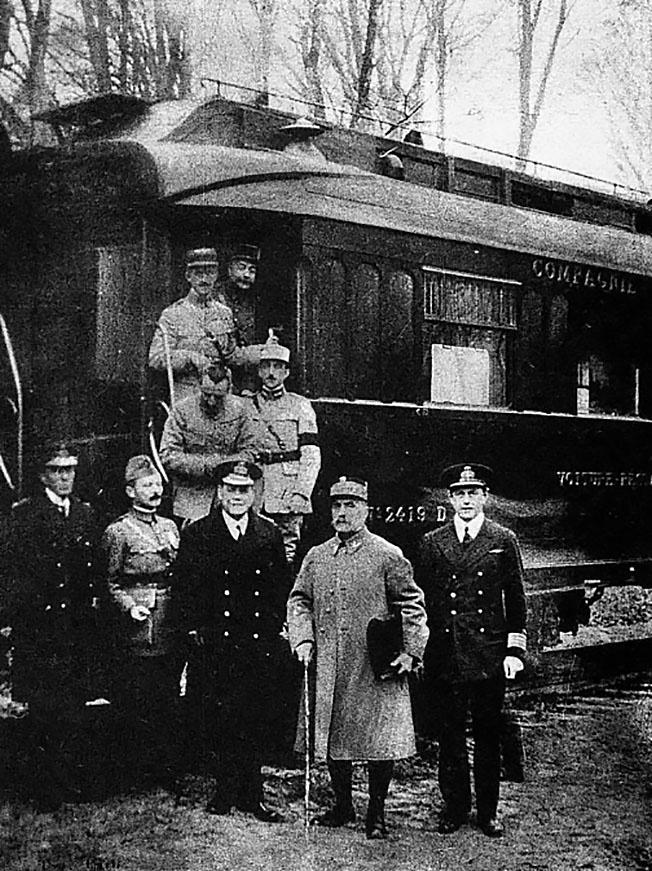 Командующий войсками Антанты маршал Фош и другие участники подписания у вагона маршала Фердинанда Фоша в Компьенском лесу.
