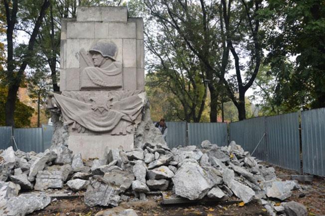 Снос памятника Благодарности солдатам Красной Армии в Скарышевском парке Варшавы.