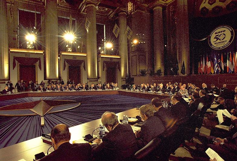 24 апреля 1999 года на саммите Североатлантического альянса по сути дела был анонсирован неограниченный прием в НАТО.