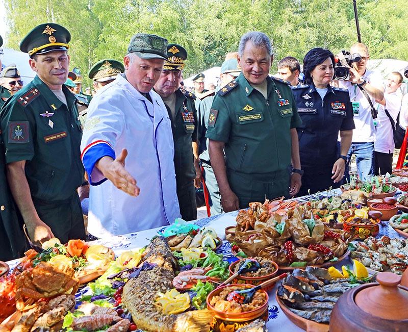 Министр обороны России генерал армии Сергей Шойгу лично проверял работу военных поваров на Армейских играх-2018.