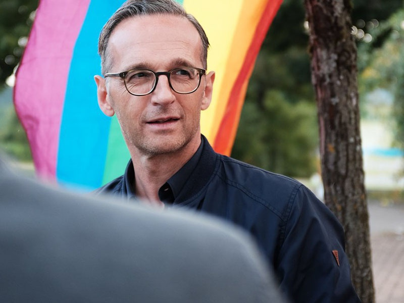 Глава МИД Хайко Маас предпочитает фотографироваться на фоне далеко не германского флага.