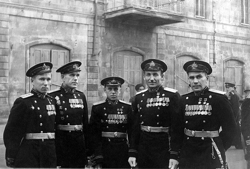 Капитан-лейтенант Виктор Леонов (крайний справа) с однокурсниками в Баку.