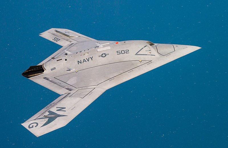 Американский экспериментальный дрон X-47B.