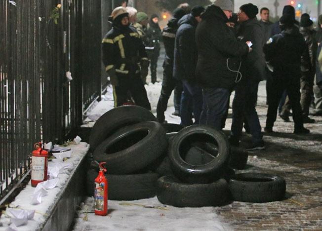 Автомобильные покрышки у здания посольства РФ в Киеве из-за конфликтной ситуации в Азовском море.