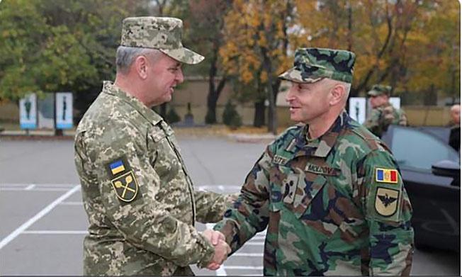Главнокомандующий вооруженными силами Украины Виктор Муженко и командующий национальной армией РМ Игорь Кутие.