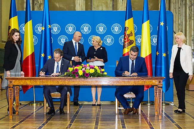Подписание договора о сотрудничестве между молдавской и румынской армиями.