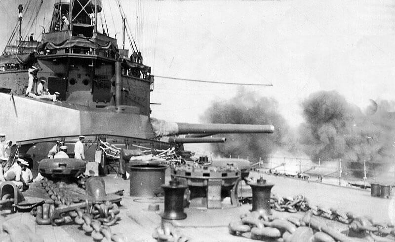 Британский крейсер обстреливает турецкий форт у Дарданельского пролива.
