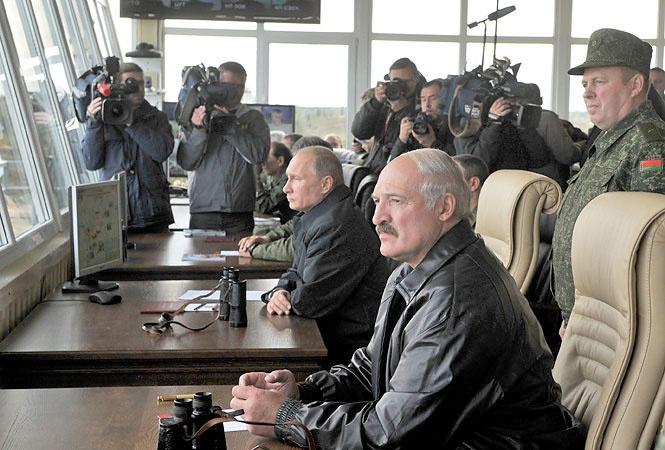 Александр Лукашенко вместе с Владимиром Путиным на совместных военных учениях.