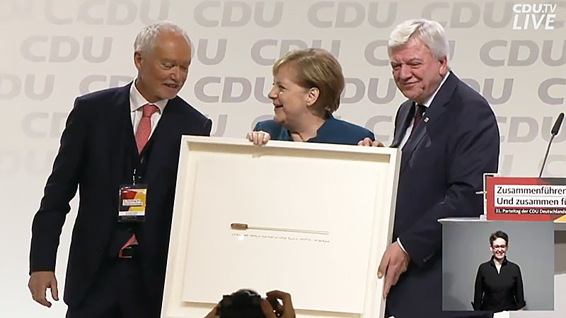 До новых выборов две женщины управляют Германией: на правительственном уровне - Меркель при поддержке АКК, а на партийном - АКК при поддержке Меркель. Но дирижерская палочка - у Меркель.