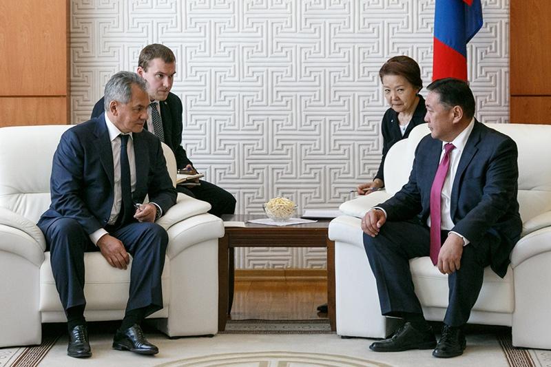 Генерал армии Сергей Шойгу на встрече с премьер-министром Монголии Ухнаагийином Хурелсухом.