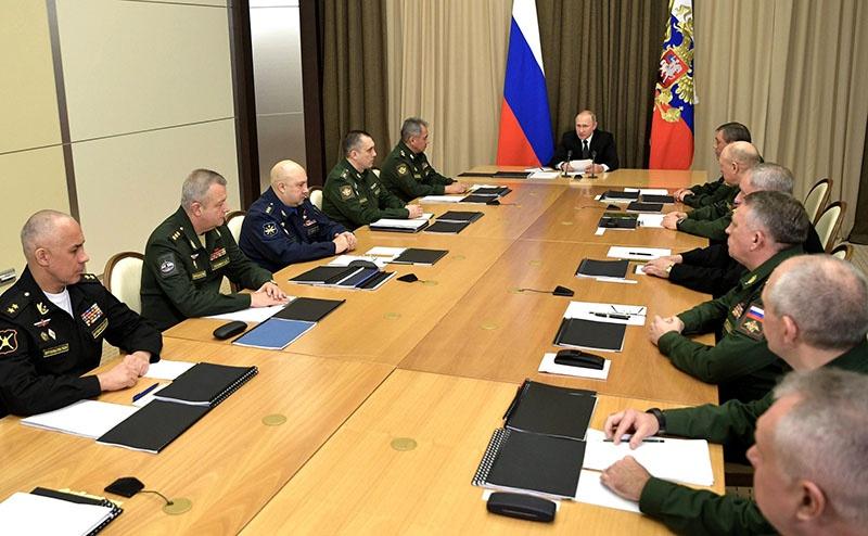 Совещание с руководством Минобороны по вопросам военного строительства, развития Вооруженных сил и оборонно-промышленного комплекса страны.