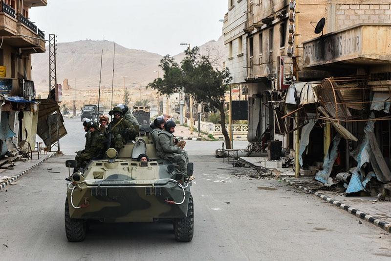 Войска, действующие в городе на технике, вынуждены продвигаться в сложных условиях обстановки.