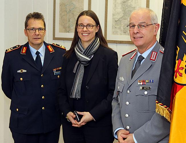 Статс-секретаря МО Катрин Зудер (в центре) уже не сможет отделаться письменными объяснениями.