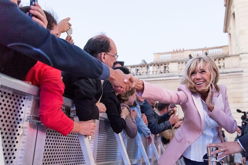 Брижит Макрон, Мами-Зип, - жена-пенсионерка двадцать пятого президента Франции предпочитает на одежде зиппер пуговицам и летать президентским самолетом по личным вопросам.