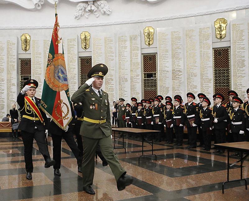 Впереди знаменной группы - гвардии капитан Сергей Ханин.