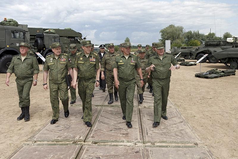 Министр обороны генерал армии Сергей Шойгу высоко оценил действия военных понтонеров.