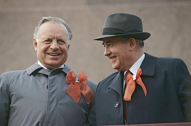 Михаил Сергеевич Горбачев (справа) и Лев Николаевич Зайков.