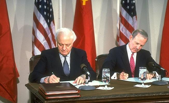 Министр иностранных дел Шеварднадзе с госсекретарем США Дж. Бейкером подписывают соглашение о разграничении экономических зон и континентального шельфа в Чукотском и Беринговом морях.