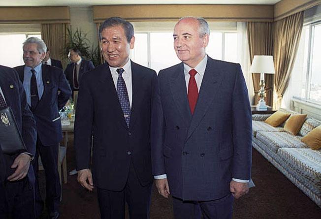 Президент Южной Кореи Ро Дэ У и генсек ЦК КПСС Михаил Горбачев: кому идти за пиццей .