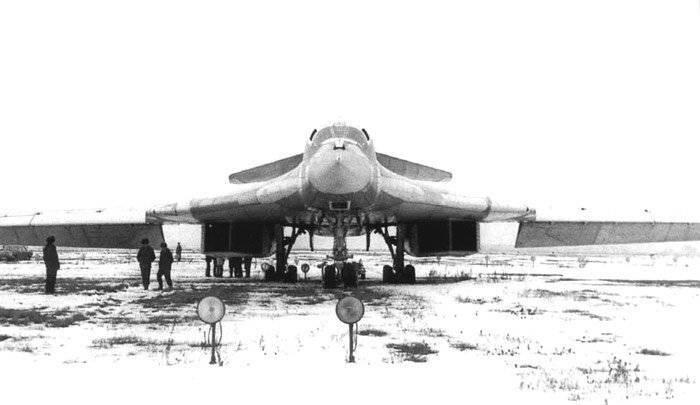 Первый полет Ту-160 осуществил 18 декабря 1981 года.