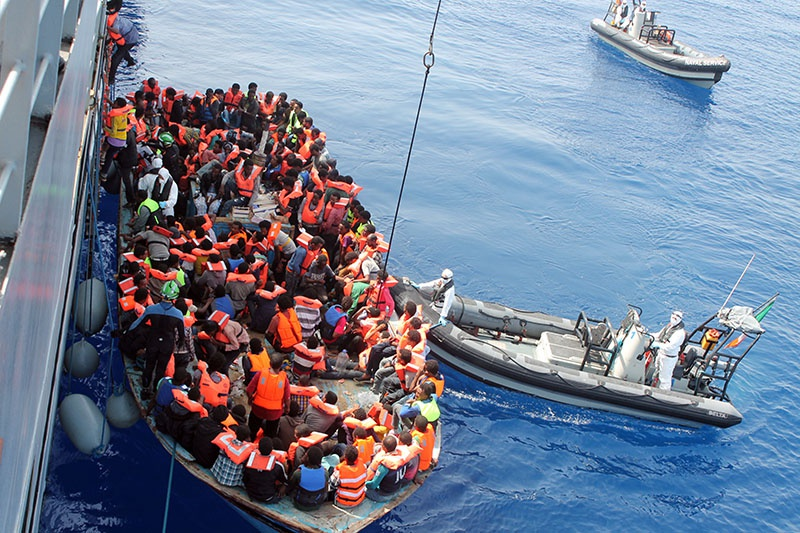 Беженцы из Ливии плывут в Италию.