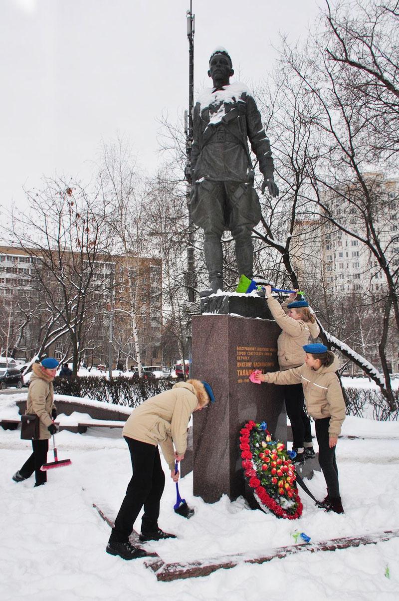 Юнармейцы из воздушно-десантного отряда «Десантер» очистили от снега и помыли памятник Герою Советского Союза Виктору Васильевичу Талалихину.