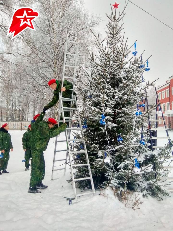 Юнармейцы празднично украсили новогоднюю ель.