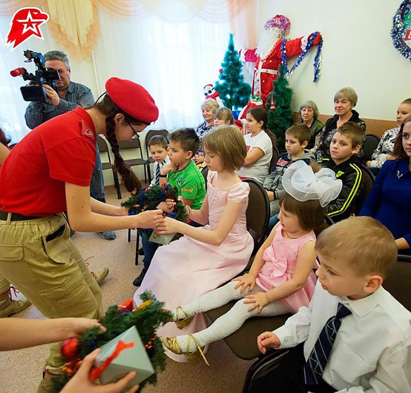 Юнармейцы Москвы поздравляют воспитанников детских домов.