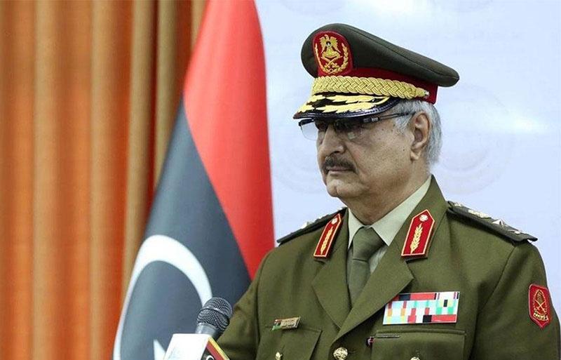 Генерал-майором Халифа Хафтар стал при Каддафи, а потом и в Штатах побывал и ЦРУ услужил.