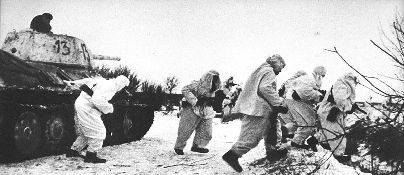 Т-34 поддерживает атаку советской пехоты.