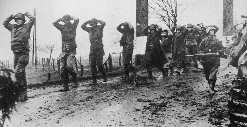 Американские солдаты взятые немцами в плен в Арденнах.