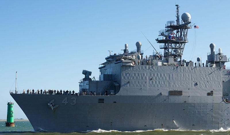 Десантный корабль USS Fort McHenry зашел в Черное море к Крыму поближе.