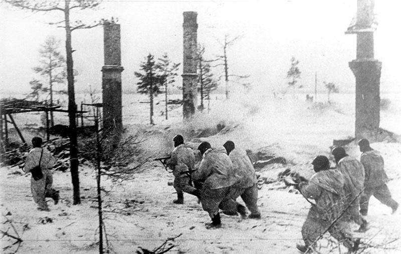 Бойцы Волховского фронта в наступлении во время прорыва блокады Ленинграда.