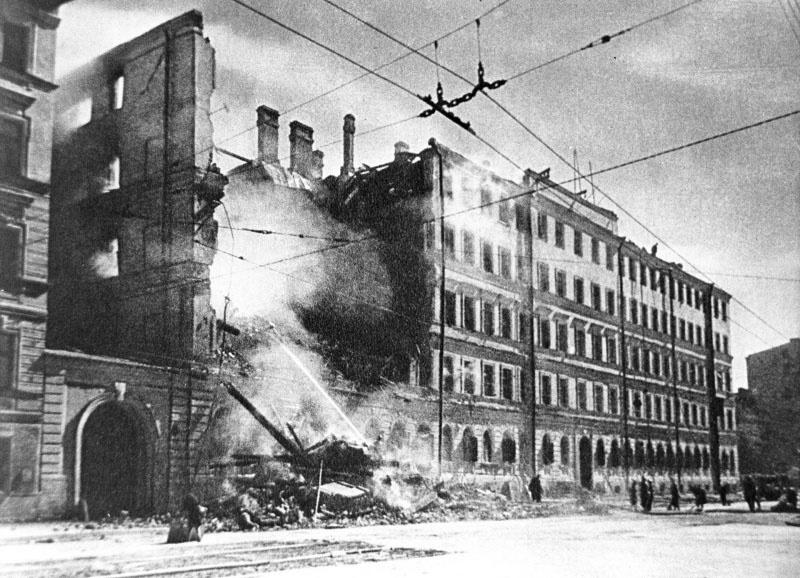 Разрушенный немецкой бомбардировкой дом в Ленинграде.