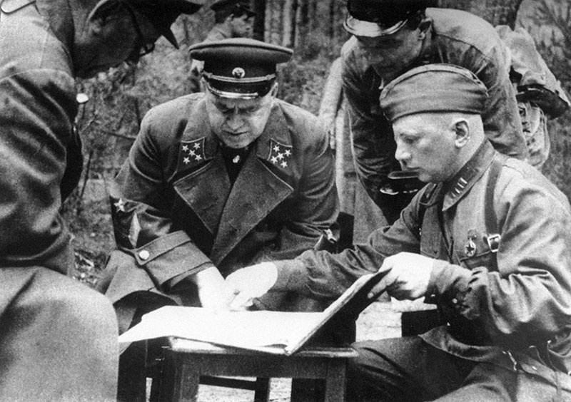Командующий Резервным фронтом генерал армии Георгий Константинович Жуков с офицерами на совещании на командном пункте под Ельней.