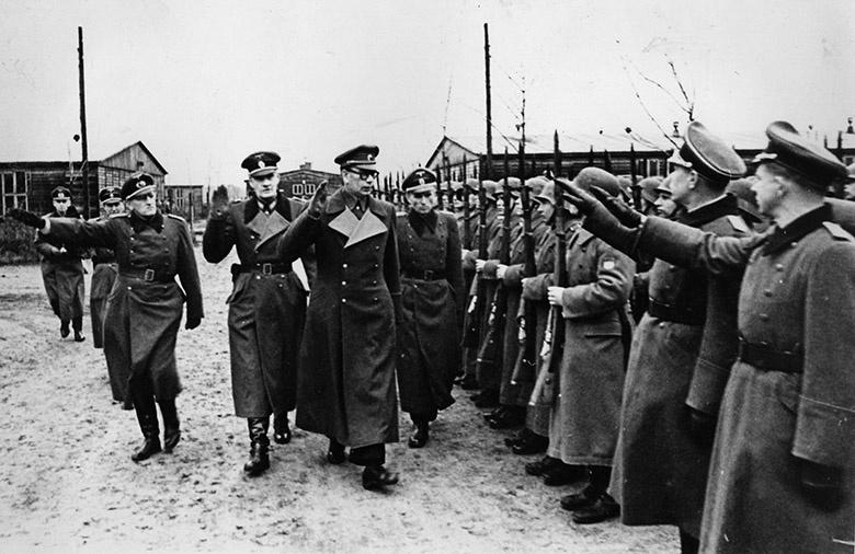 Генерал РОА Власов и немецкие офицеры принимают парад частей РОА.