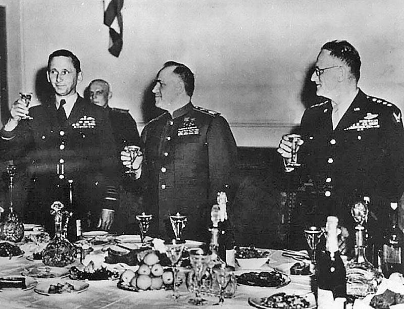 Обед в честь Победы после подписания условий безоговорочной капитуляции Германии.