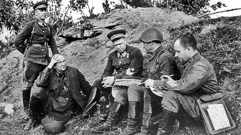 Георгий Жуков беседует с офицерами.