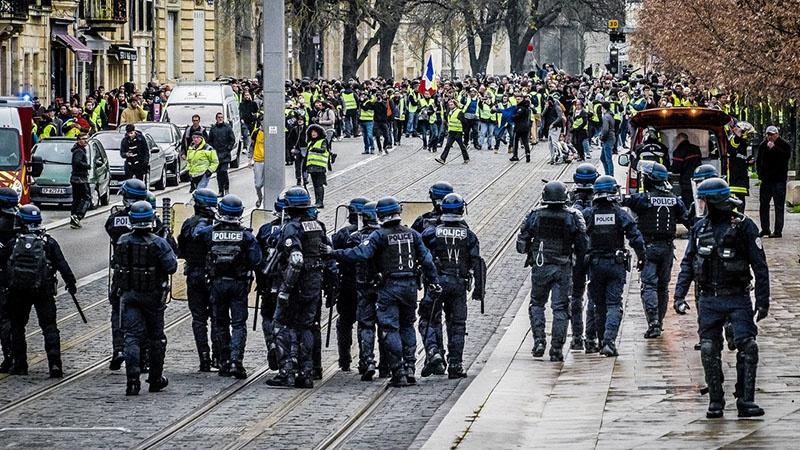 «Желтые жилеты» могут смести режим нынешнего французского президента.