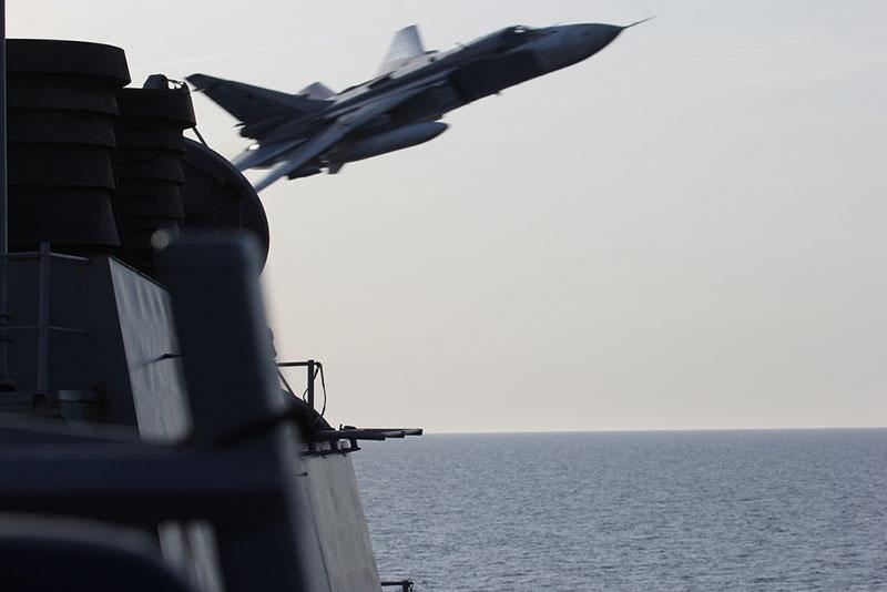 Российский бомбардировщик Су-24 облетает эсминец США «Дональд Кук».