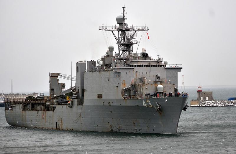 Десантный корабль-док США «Форт Макгенри» входит в порт Констанцы, Румыния.