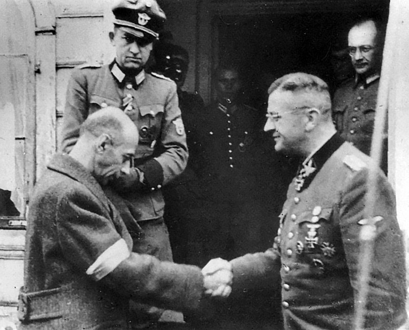 Польский генерал Тадеуш «Бур» Коморовский пожимает руку обергруппенфюреру СС Эриху фон дем Бах-Зелевски после подписания капитуляции варшавских повстанцев.