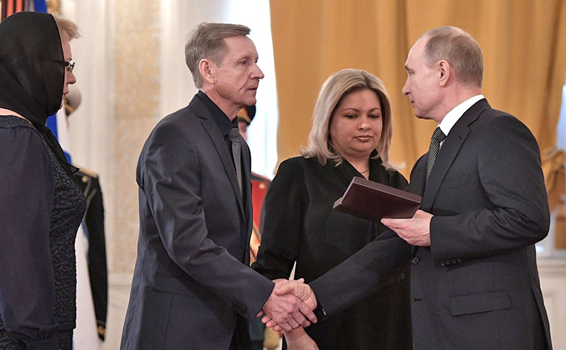 Владимир Путин передал Золотую Звезду Героя России родственникам погибшего в Сирии военного летчика гвардии майора Романа Филипова.