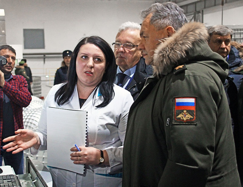 Главный химик завода «Красмаш» Наталья Федорова рассказывает о процессе химического фрезерования.